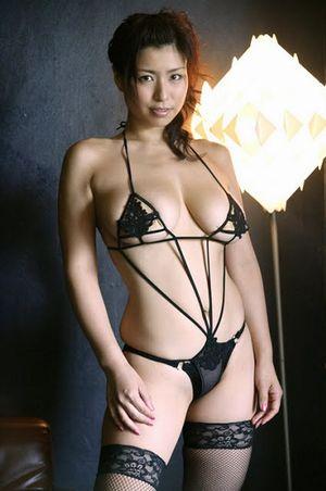 岡田真由香、Kカップの体にペタペタ。キュウリパックをしちゃいました!【グラドル画像】